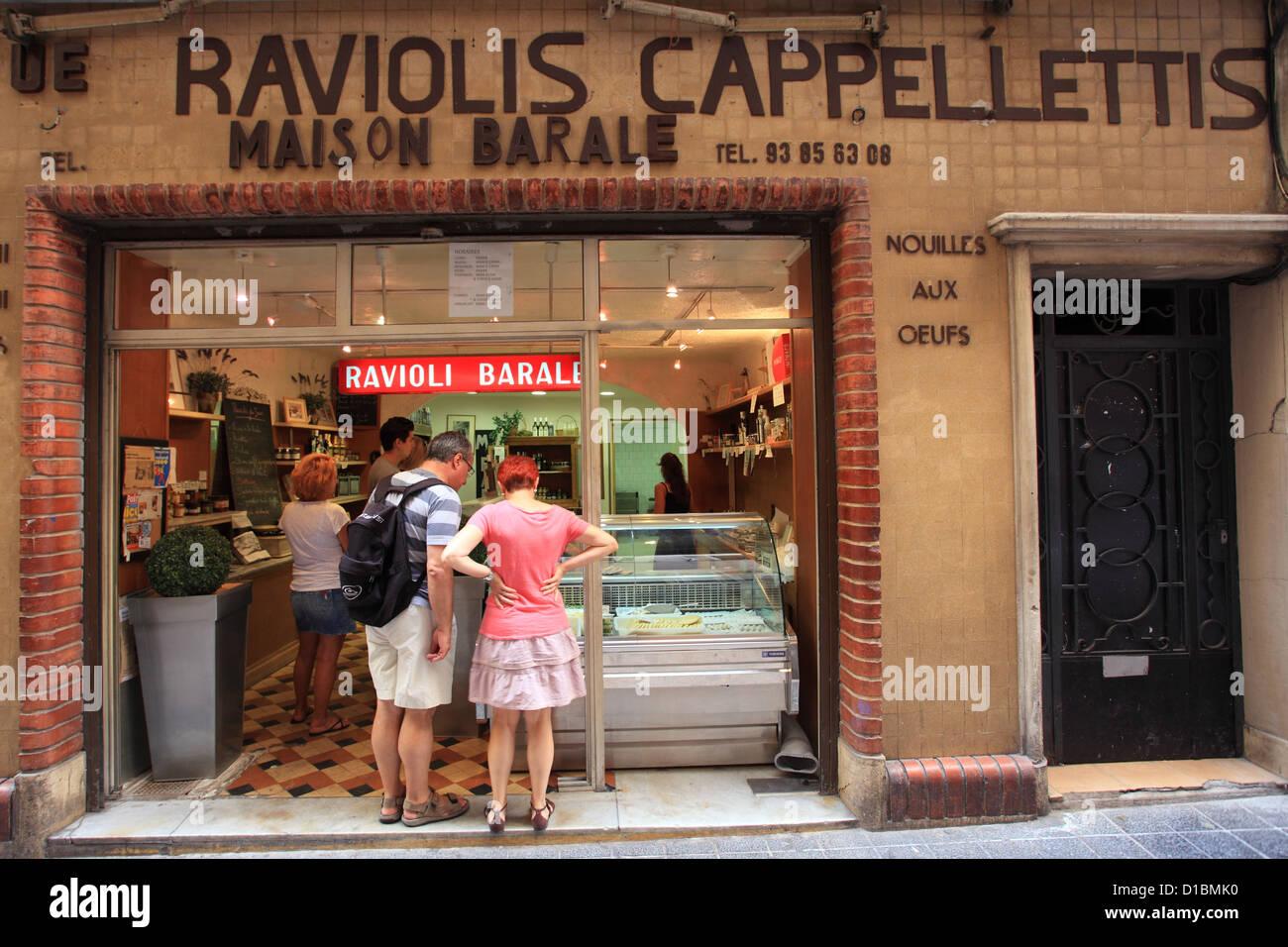 Barale shop es el mejor vendedor ravioles en el casco antiguo de la ciudad de Niza. Foto de stock