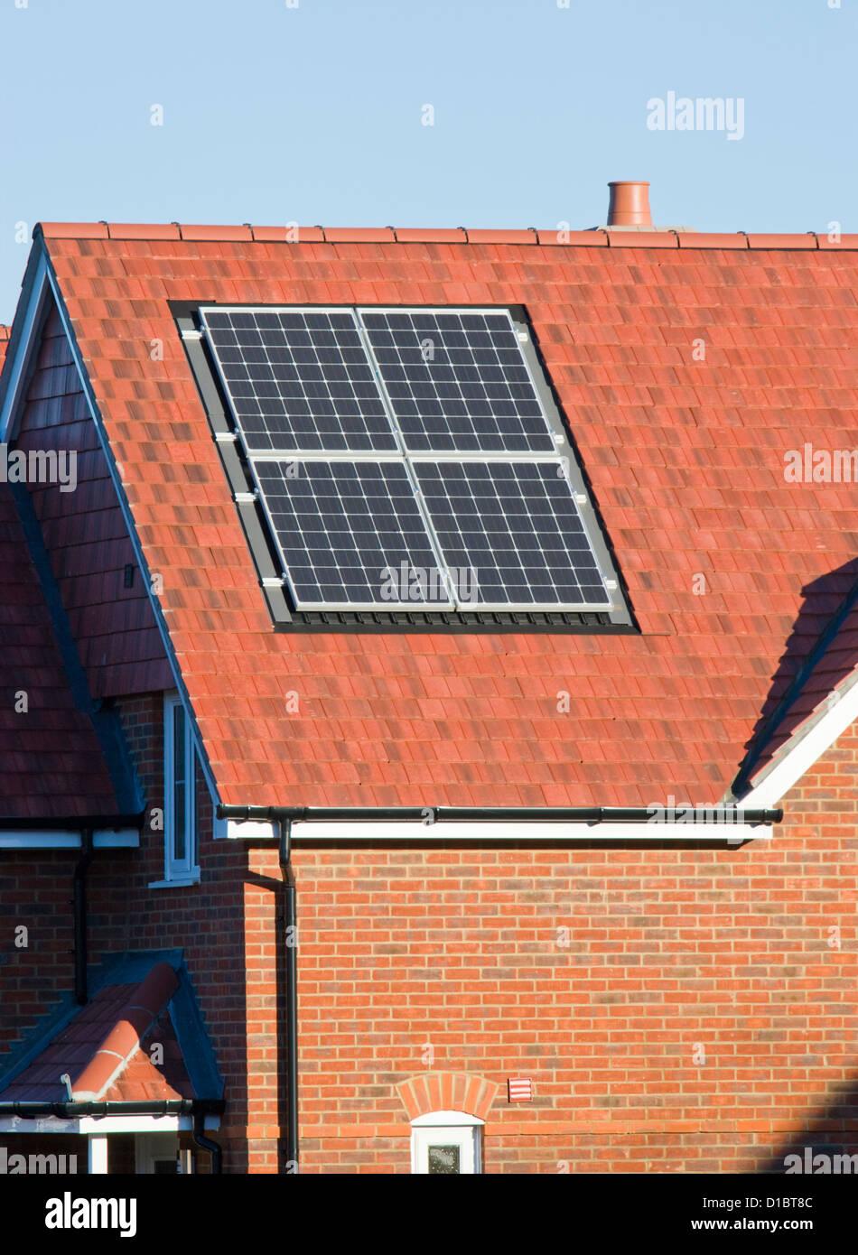 Panel solar en el techo de la casa. Imagen De Stock