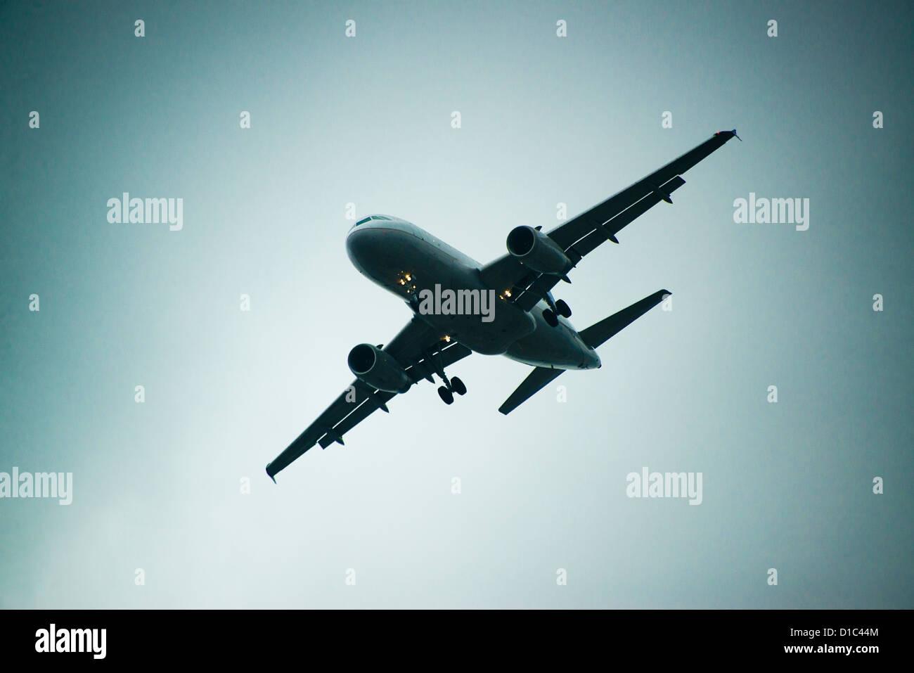 Avión en vuelo. Foto de stock