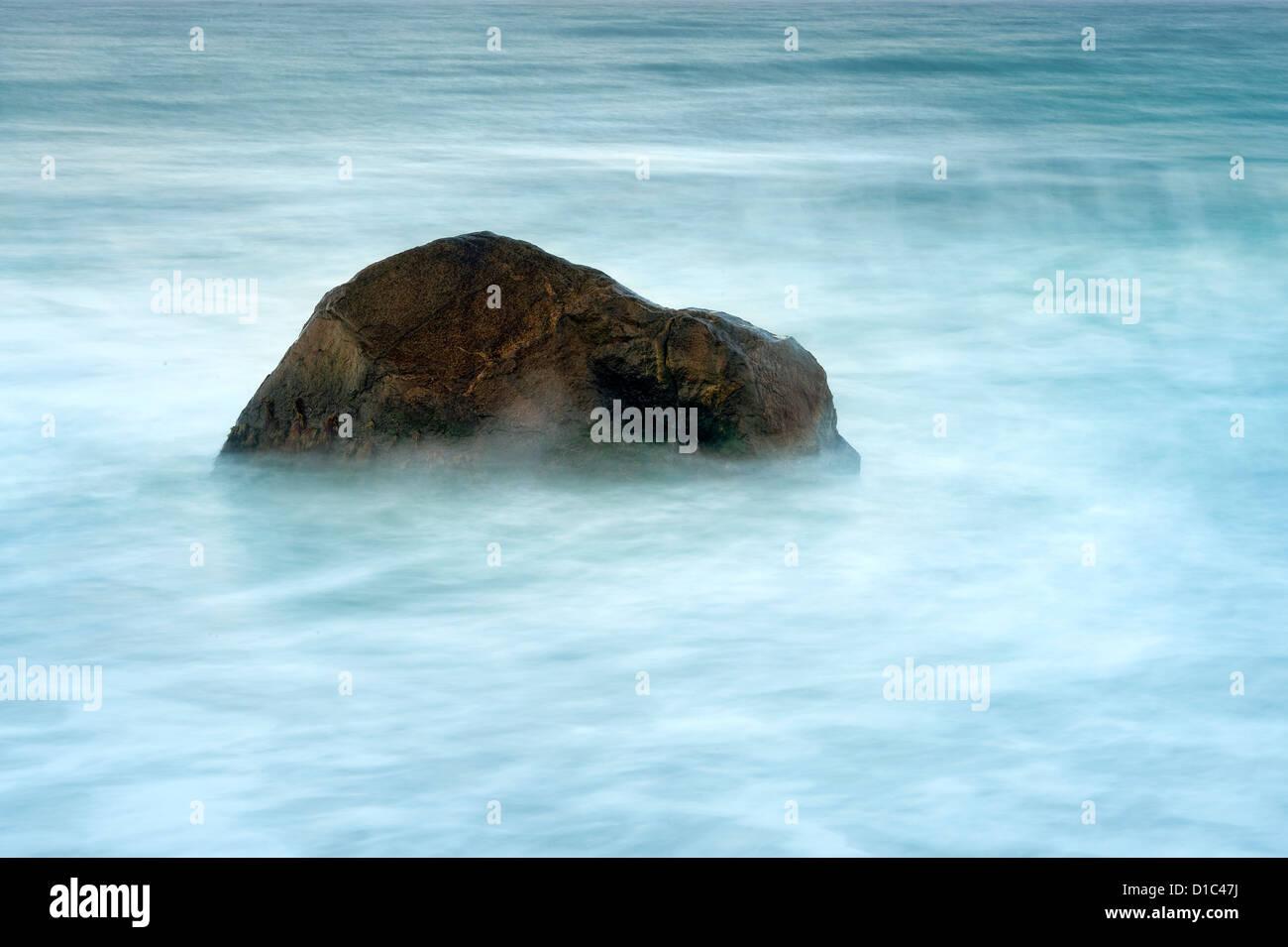 Rock con el desplazamiento de agua del océano. Imagen De Stock