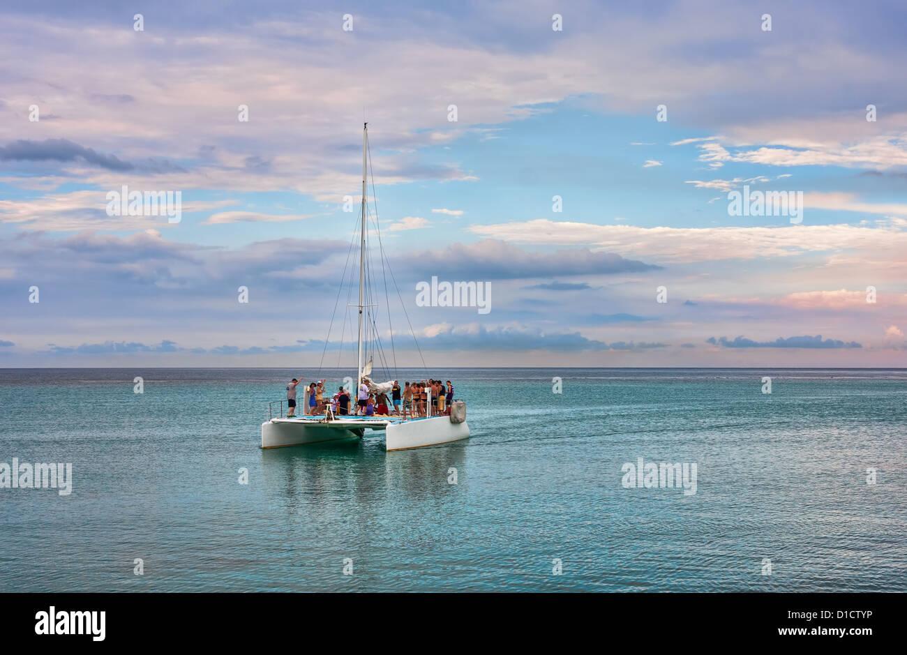Un velero en el mar frente a la costa de Ocho Ríos, Jamaica Foto de stock