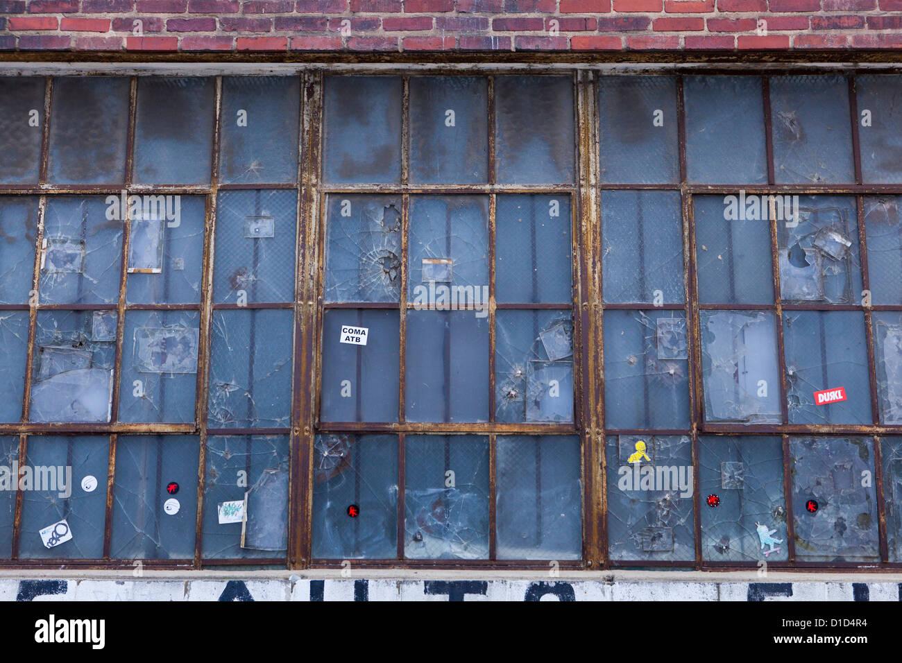Antiguo marco de ventana con cristales rotos Foto & Imagen De Stock ...