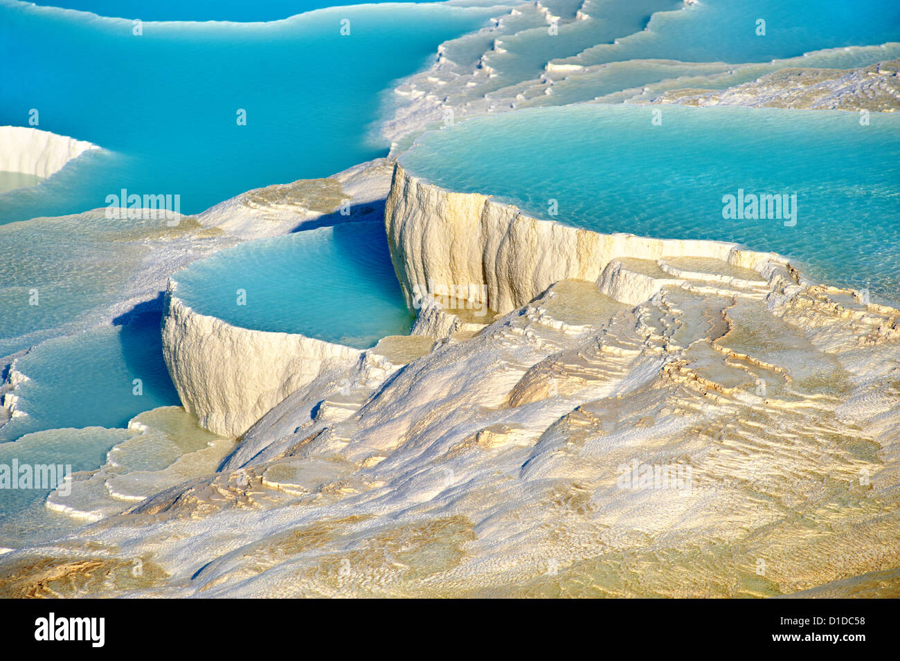 Pamukkale travetine terraza cascadas de agua, compuesto de rocas de carbonato de calcio, Pamukkale, Turquía Foto de stock