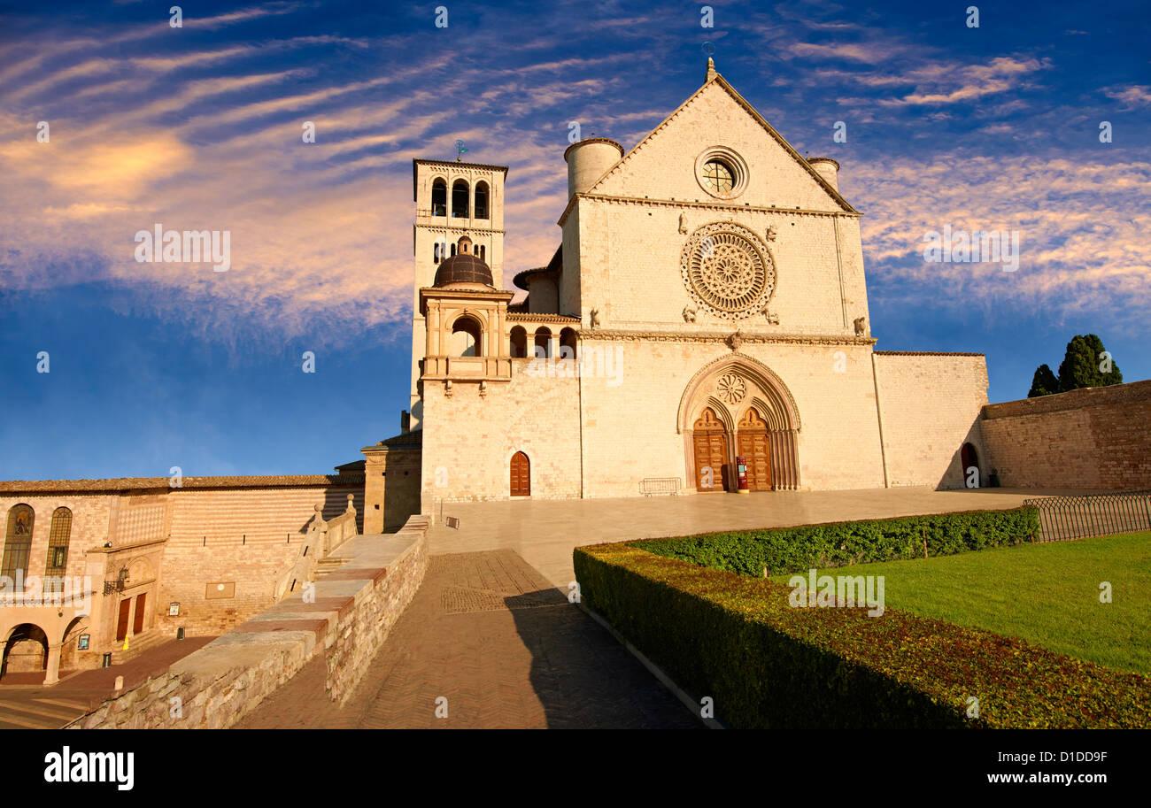 La parte superior de la fachada de la Basílica Papal de San Francisco de Asís, ( Basílica Papale di San Francesco Foto de stock