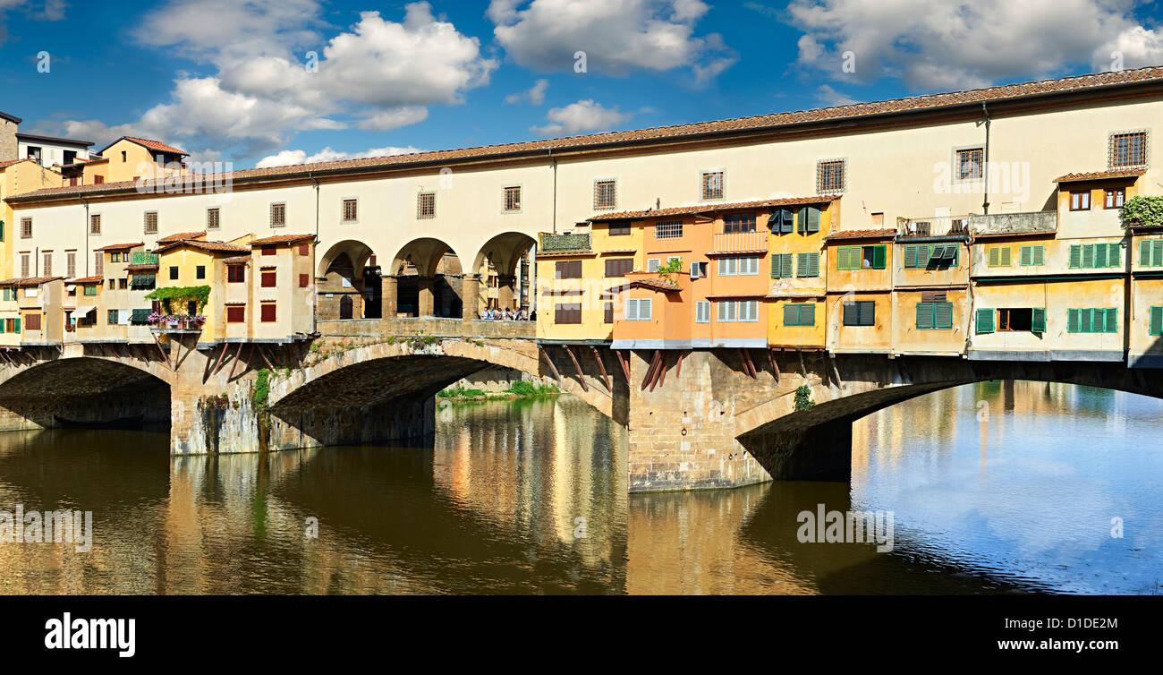 Vista panorámica de la ciudad medieval el Ponte Vecchio ('Puente Viejo') cruzando el río Arno, en el centro de Florencia Foto de stock