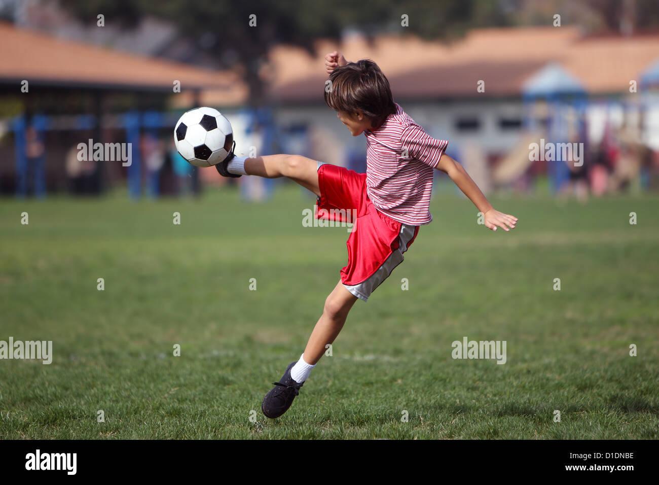 Nino Jugando Futbol En El Parque La Autentica Accion Espacio De