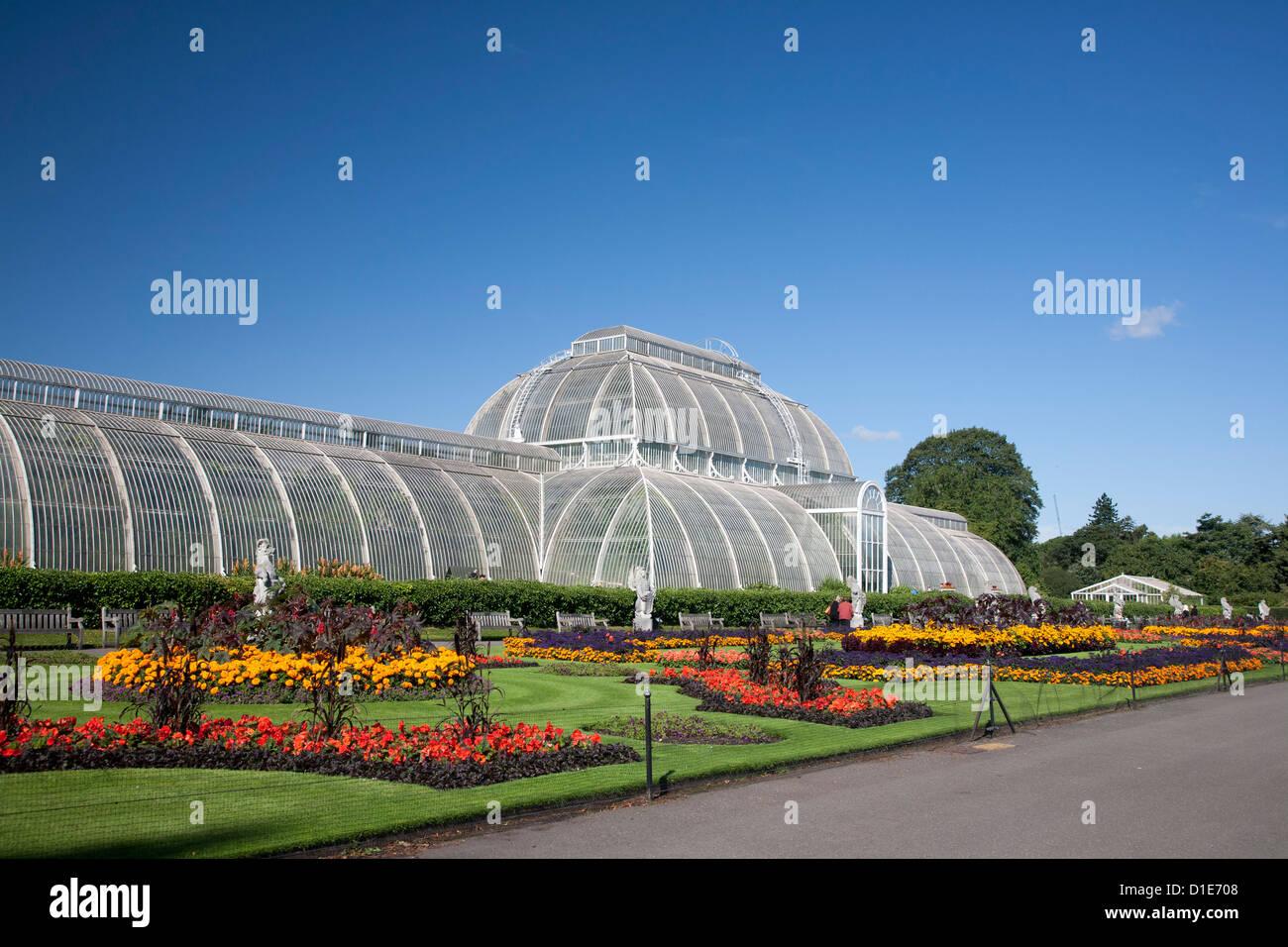 La Casa de las palmeras del parterre con adorno floral de aprox 16000 plantas, Royal Botanic Gardens, Kew, cerca Imagen De Stock