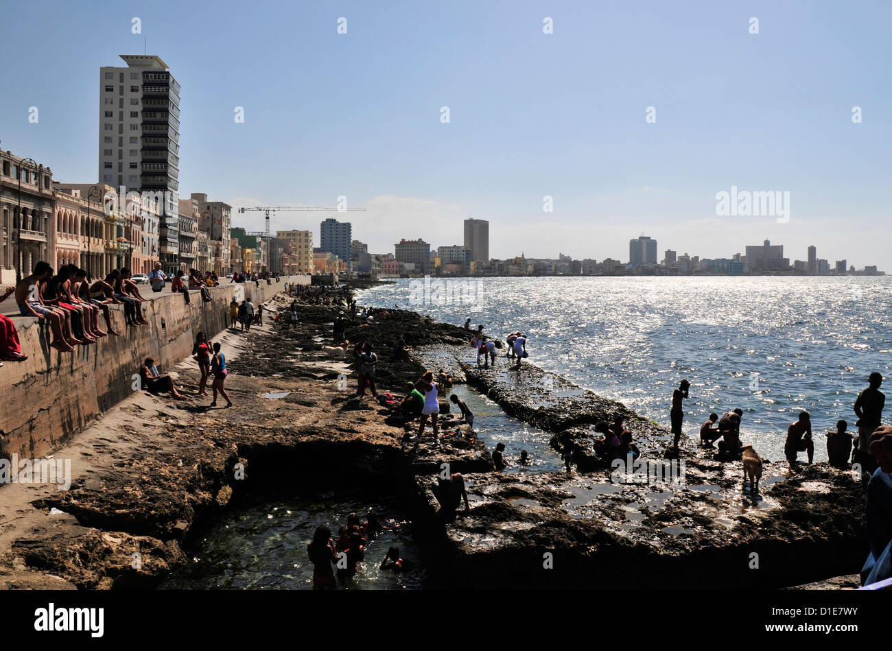 El tiempo de recreo en el malecón de La Habana Cuba Foto de stock