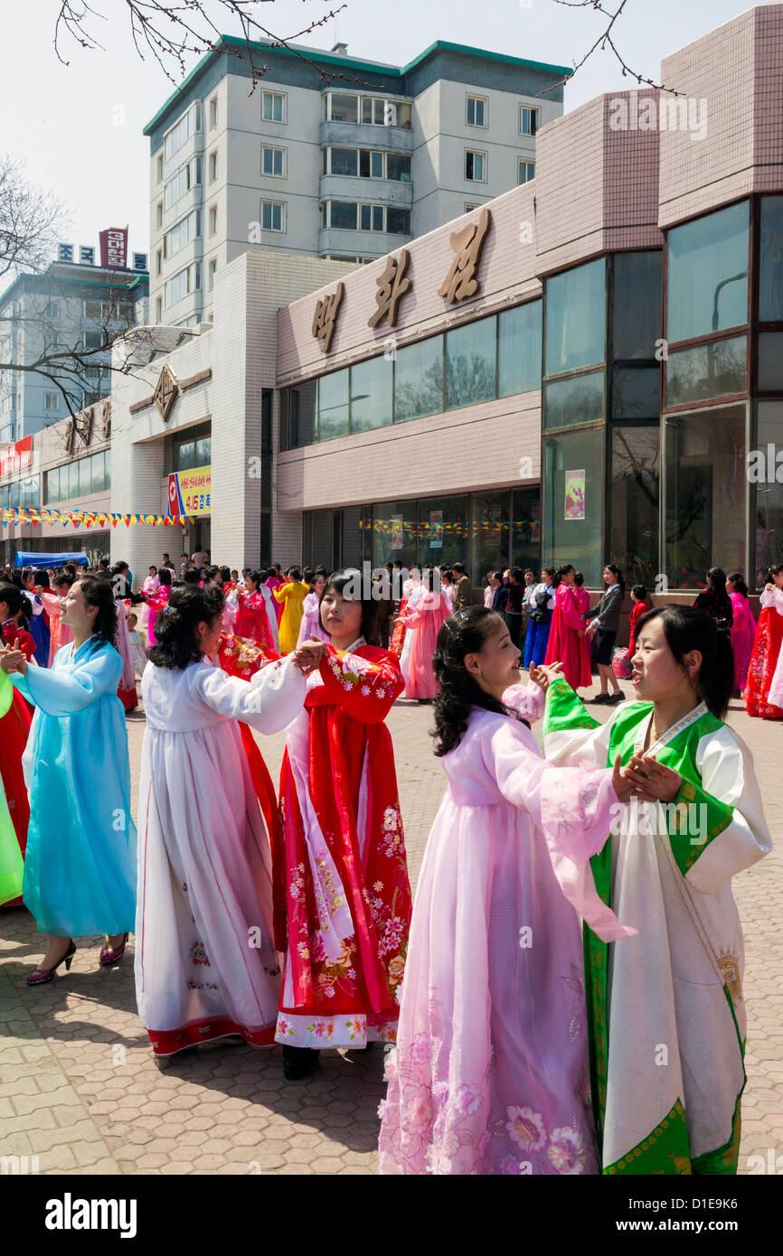 Las mujeres con la vestimenta tradicional durante el centenario del nacimiento del Presidente Kim Il Sung, en abril Imagen De Stock
