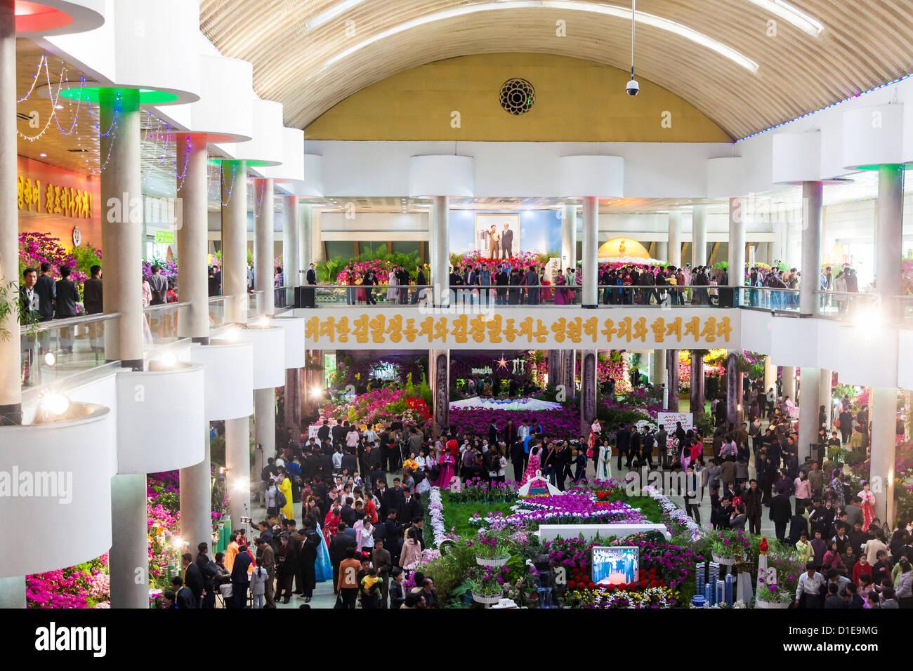 Flor Kimilsungia Exhibition Hall con Flower Show Kim Il Sung para celebrar su centenario, Pyongyang, Corea del Norte Foto de stock