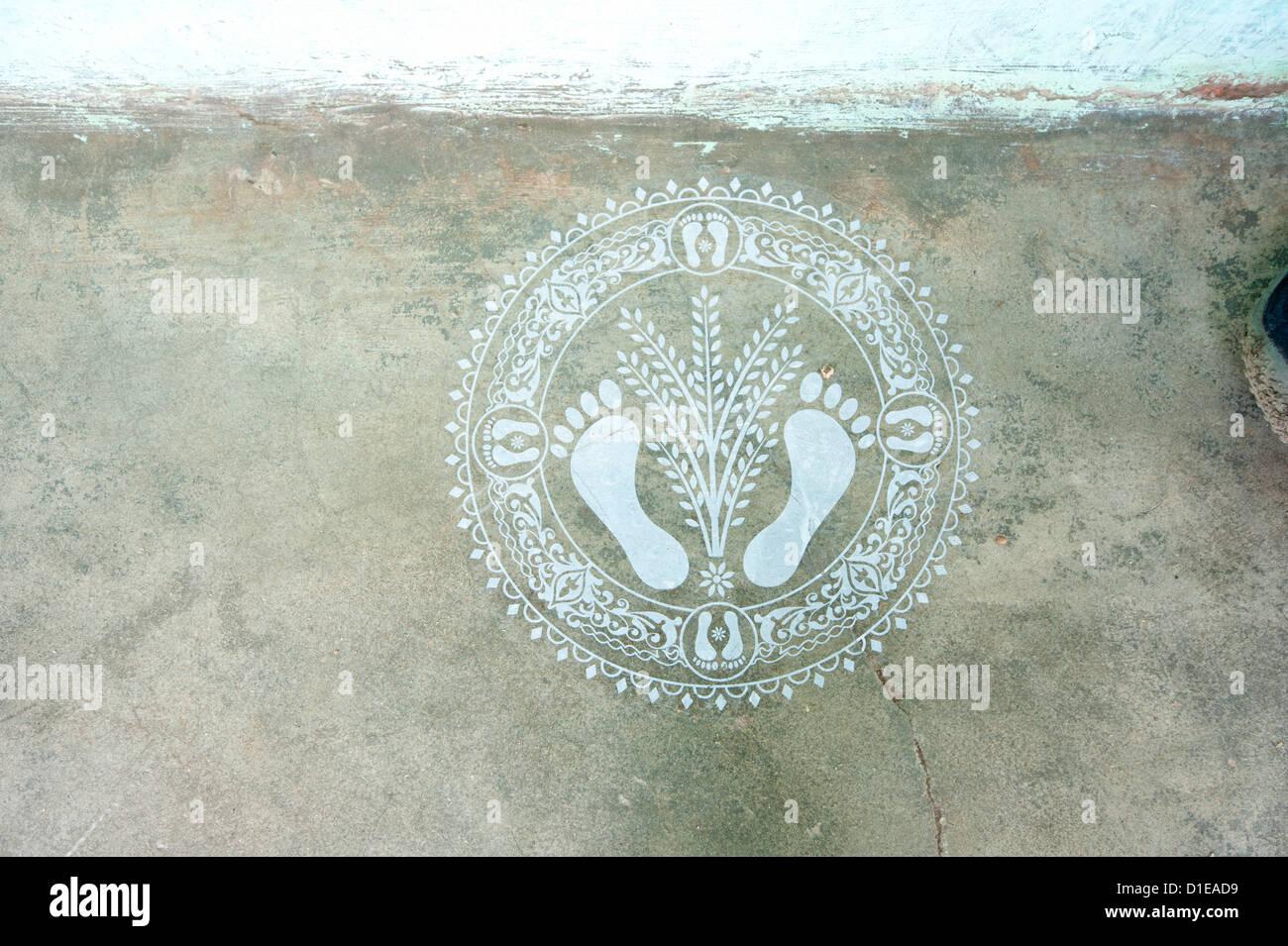 Patrón hindú indicando bienvenido en casa, en la pared, tejiendo Naupatana aldea rural de Orissa, India, Imagen De Stock