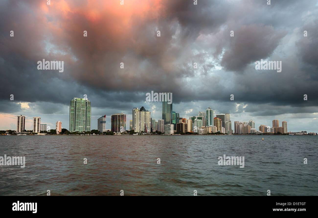 Ciudad de Miami skyline en amanecer amanecer con nubes oscuras, Florida, EE.UU. Imagen De Stock