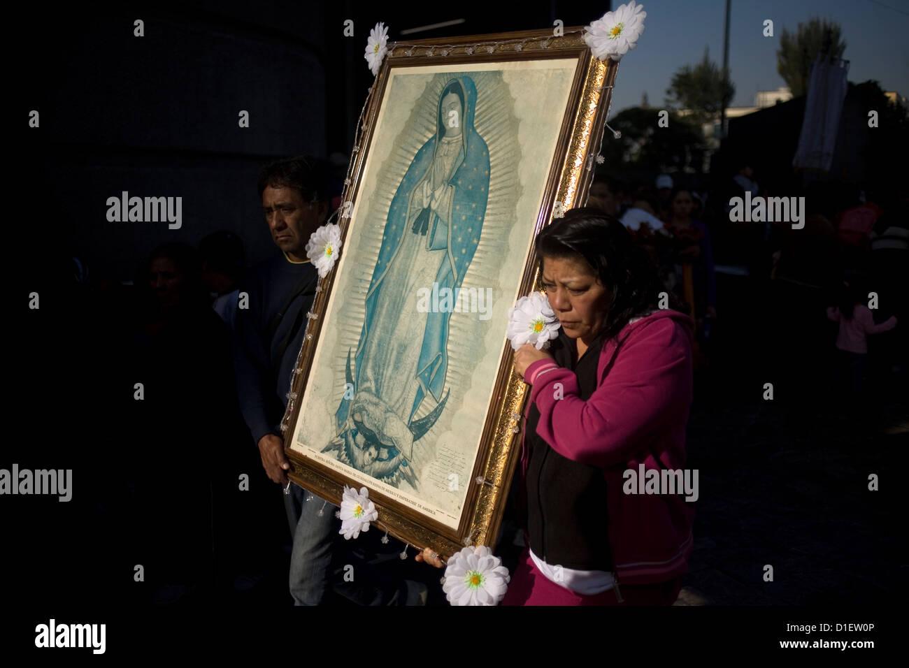 Los peregrinos llevan una imagen de la Virgen de Guadalupe fuera de la Basílica de Nuestra Señora de Guadalupe en Foto de stock