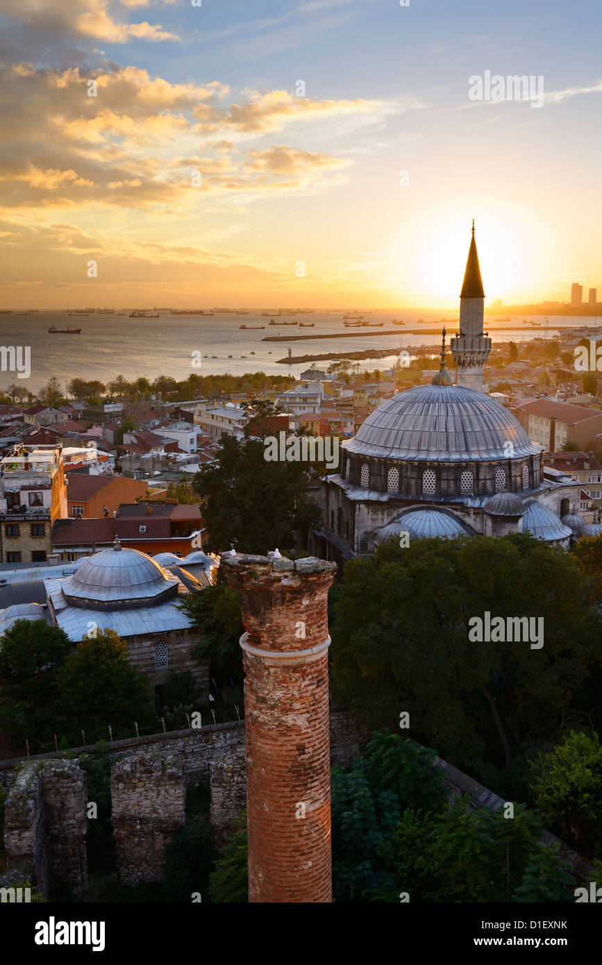 Puesta del sol detrás del minarete de la mezquita de sokollu mehmet pasha e históricas ruinas derviche Imagen De Stock