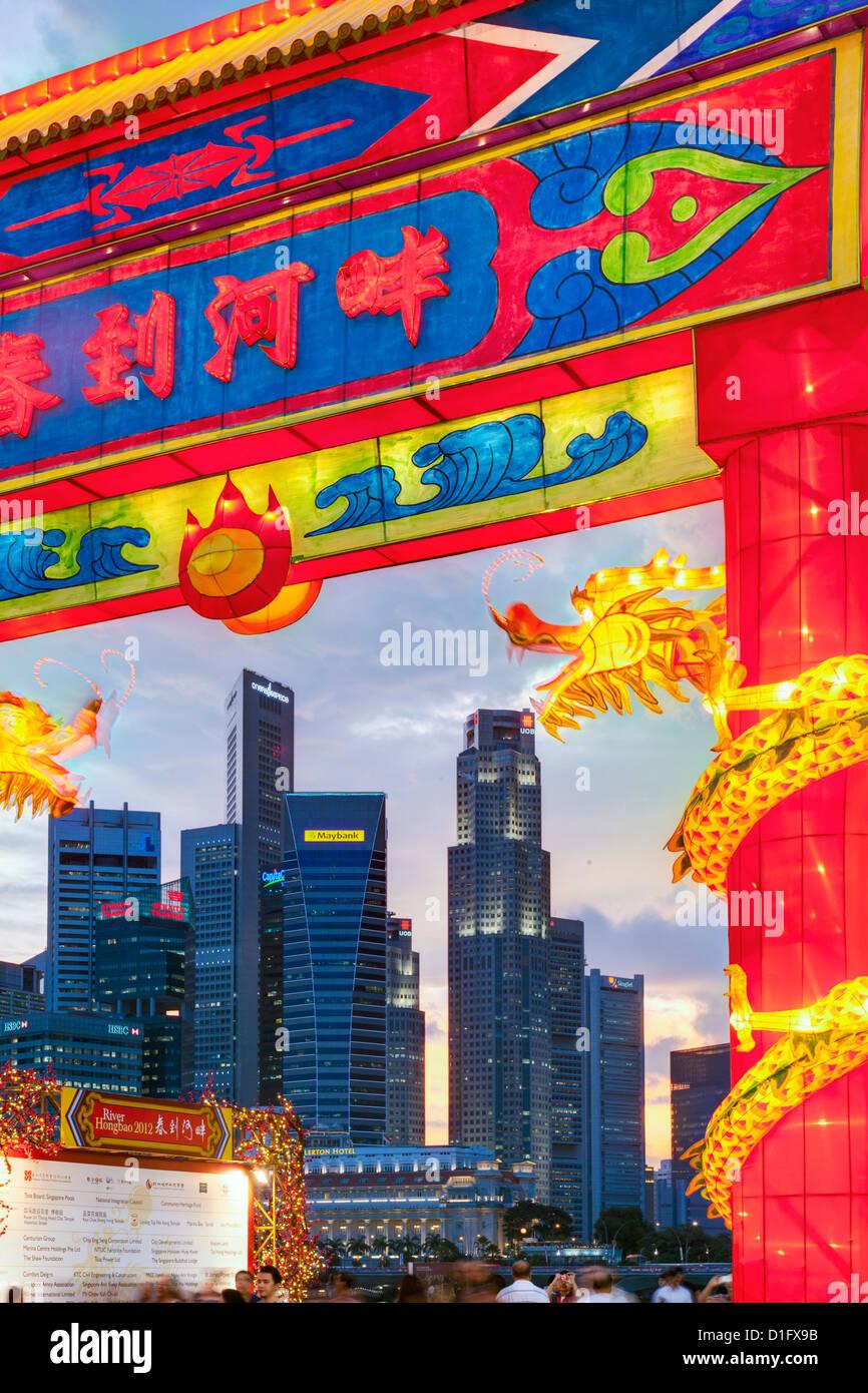 Perfil financiero de la ciudad, Río Hongbao decoraciones para las celebraciones del Año Nuevo Chino en Marina Bay, Singapur, Sudeste de Asia Foto de stock