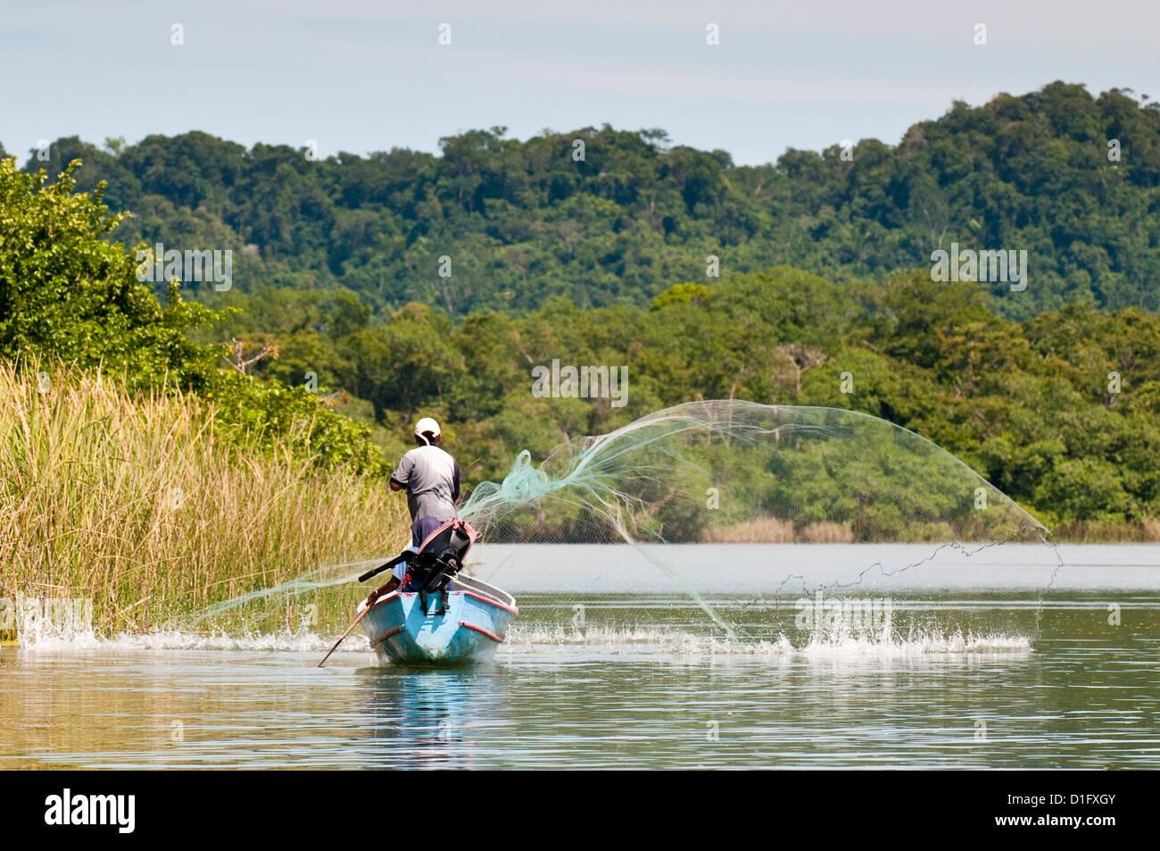 Pescador casting net en el lago de Izabal (Lago de Izabal, Guatemala, América Central Imagen De Stock