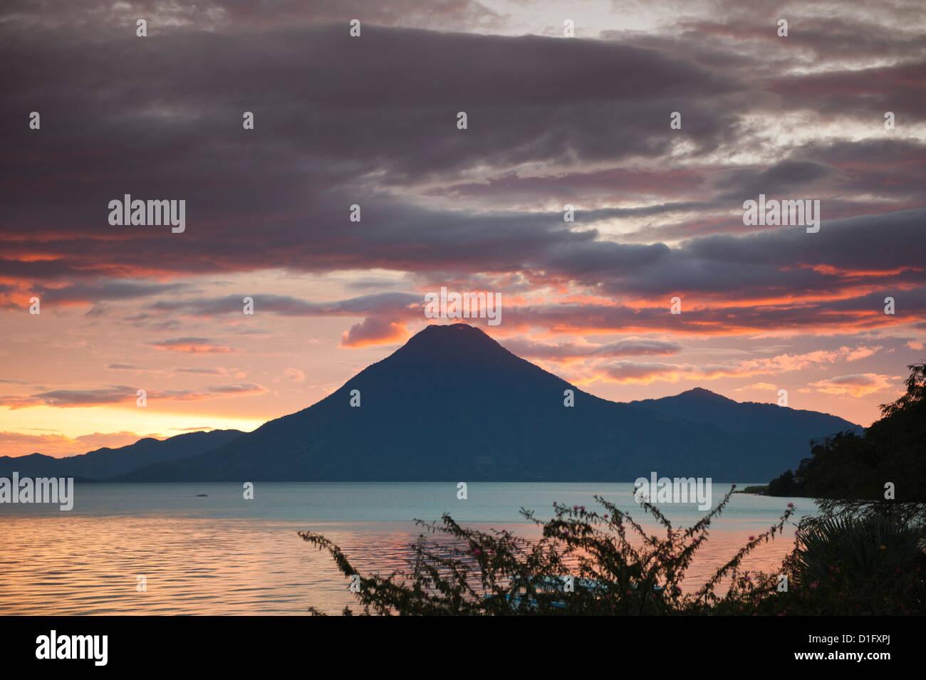 Volcán Tolimán, Lago de Atitlan, Guatemala, América Central Imagen De Stock