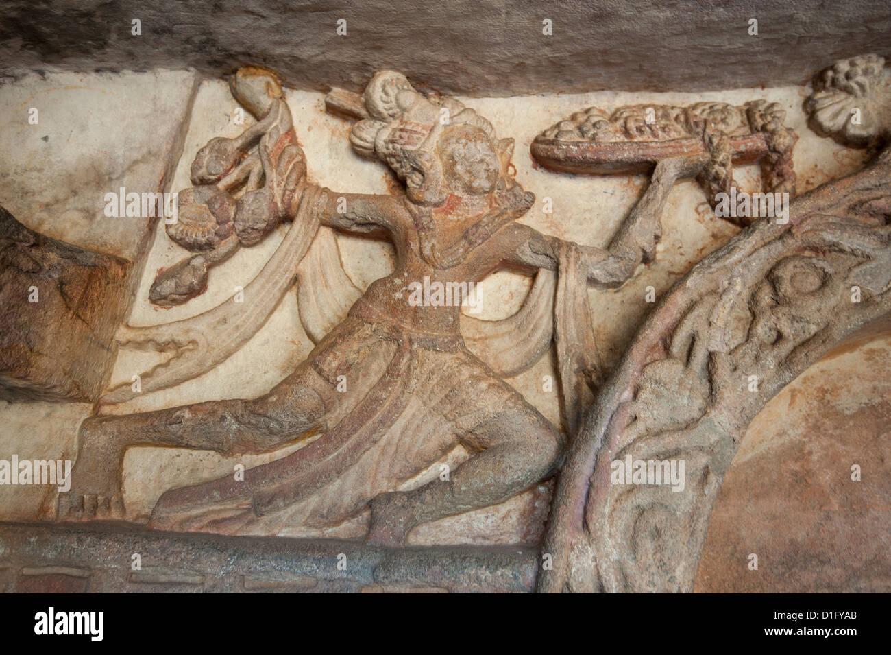 Tallar en Ranigumpha, cueva número 1, Udayagiri cuevas, una vez utilizado como lugar de reunión para los Imagen De Stock