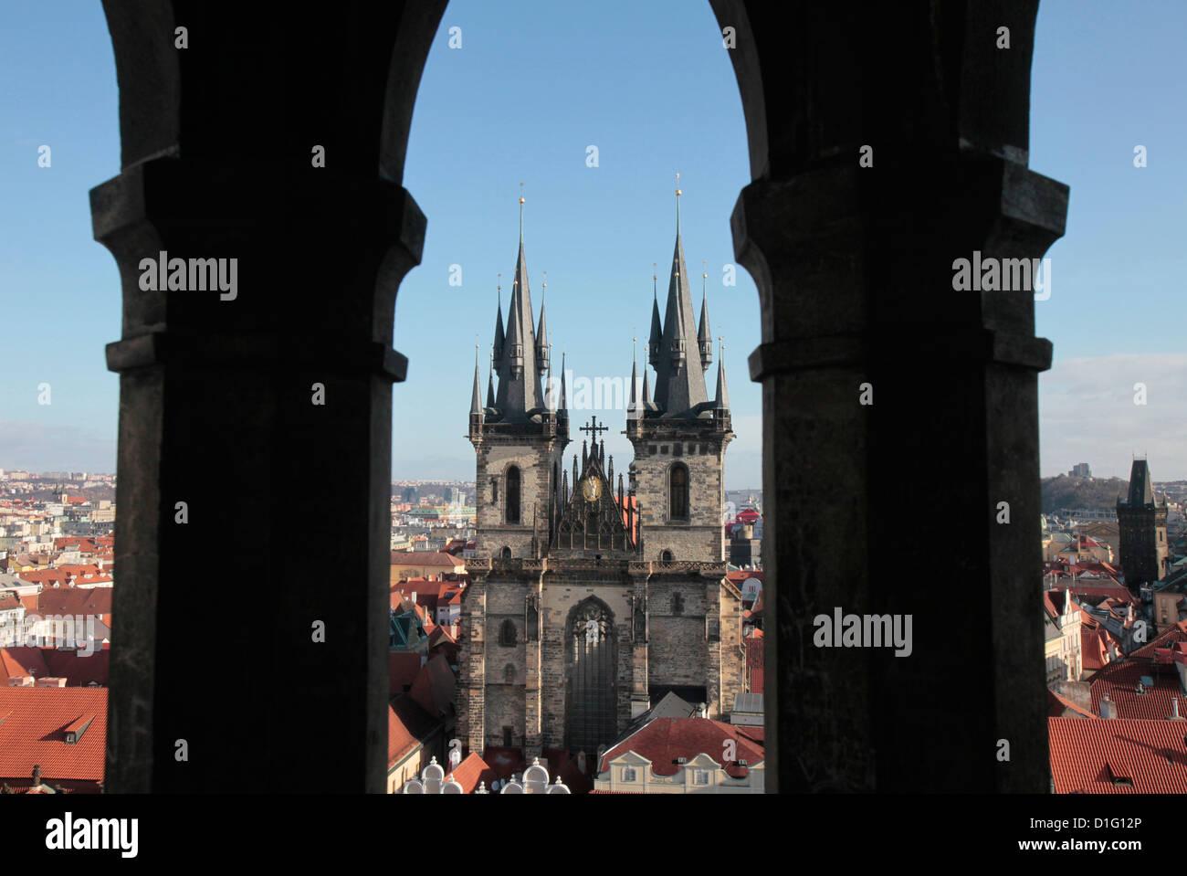 La iglesia de Tyn en la Plaza de la Ciudad Vieja de Praga, República Checa, Europa Imagen De Stock