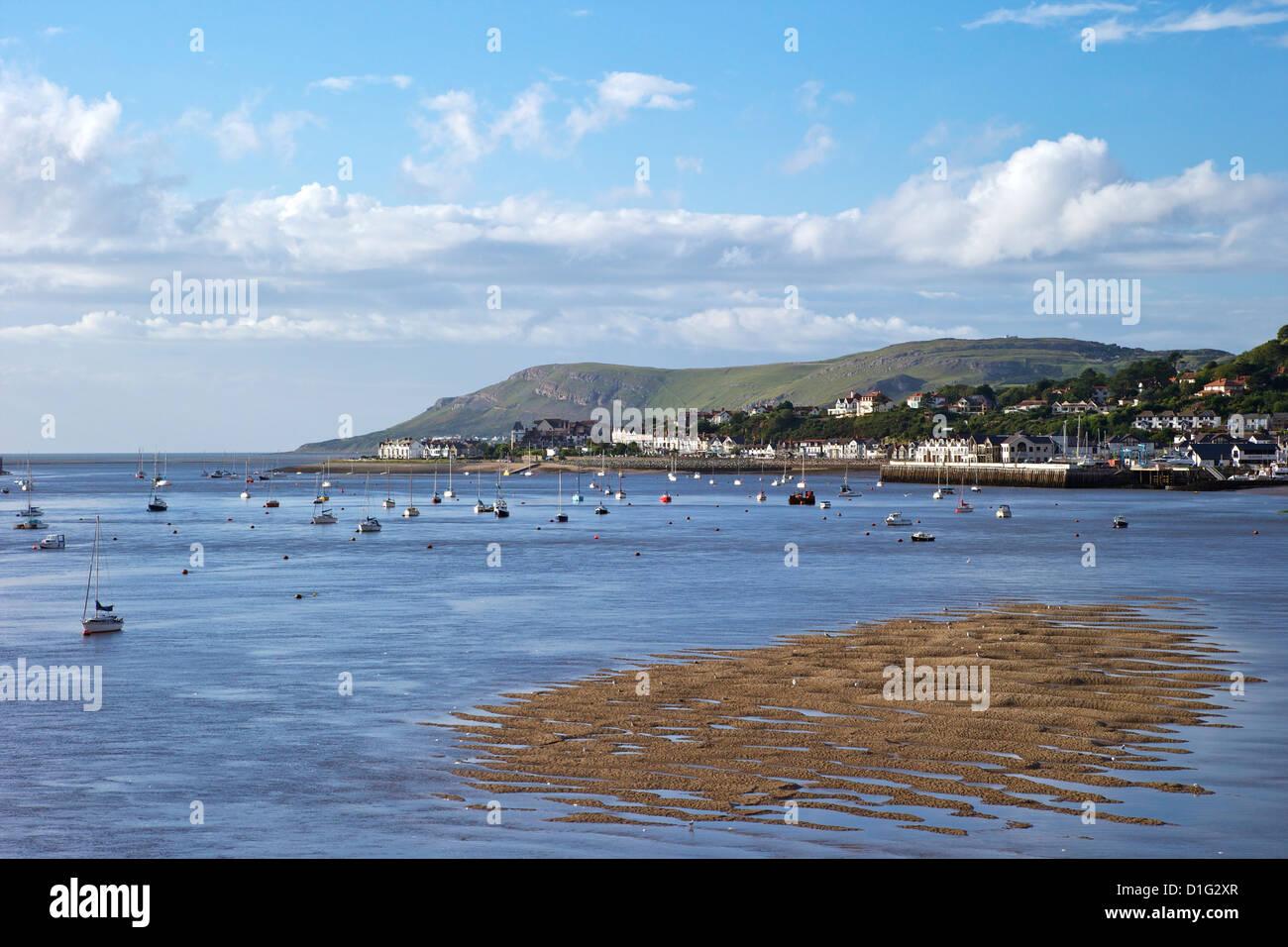 Río Conwy Deganwy estuario buscando y gran orme, Llandudno, en verano, Gwynedd, al norte de Gales, Reino Unido, Imagen De Stock