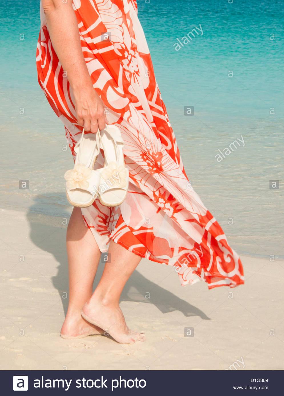 Captura recortada del torso de mujer en bañador impresión coverup, Grace Bay Beach, Providenciales, Islas Imagen De Stock