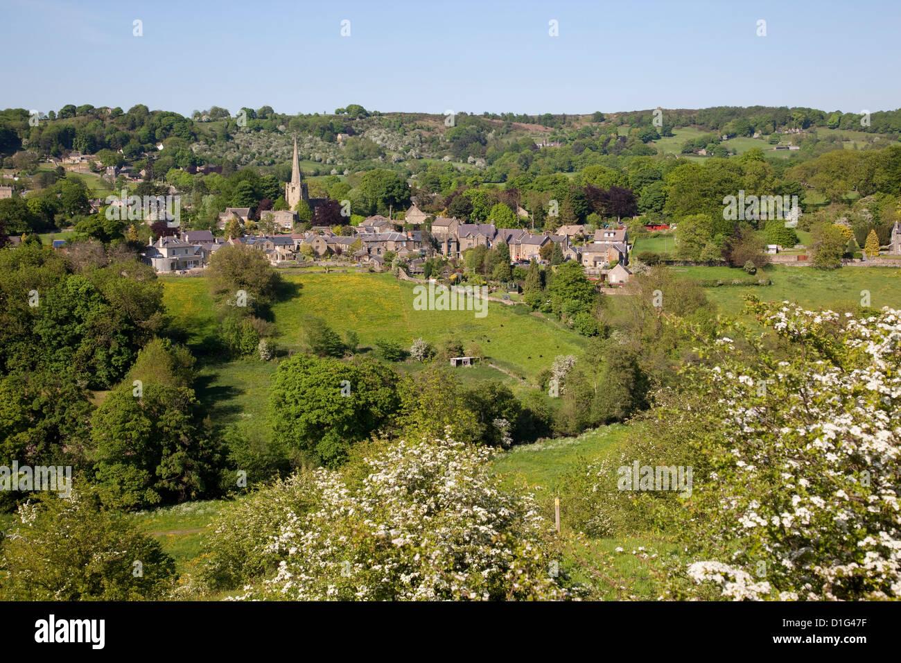 Vista sobre pueblo e iglesia, Ashover, Derbyshire, Inglaterra, Reino Unido, Europa Imagen De Stock