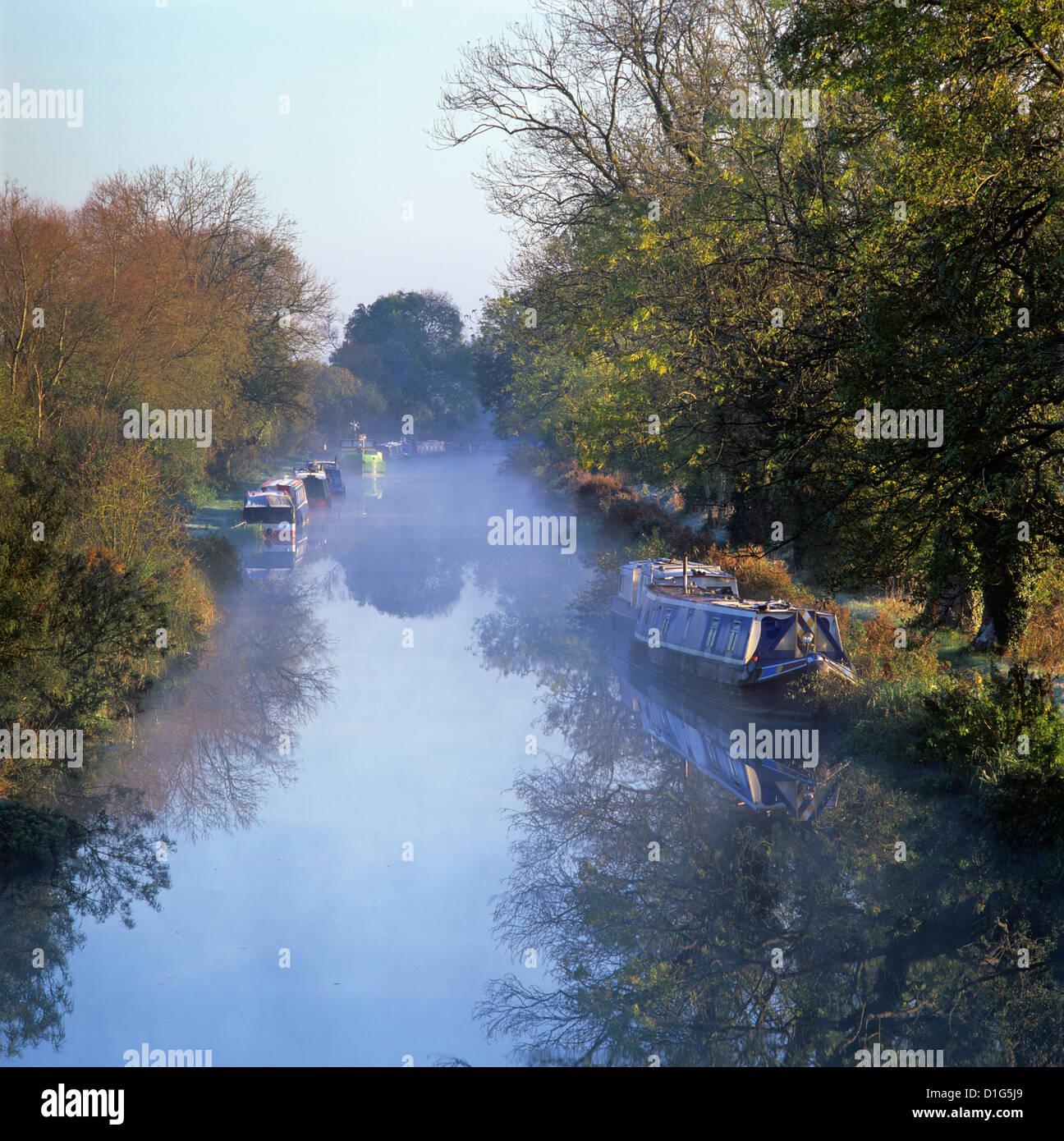 Kennet y Avon canal en niebla, Gran Bedwyn, Wiltshire, Inglaterra, Reino Unido, Europa Imagen De Stock