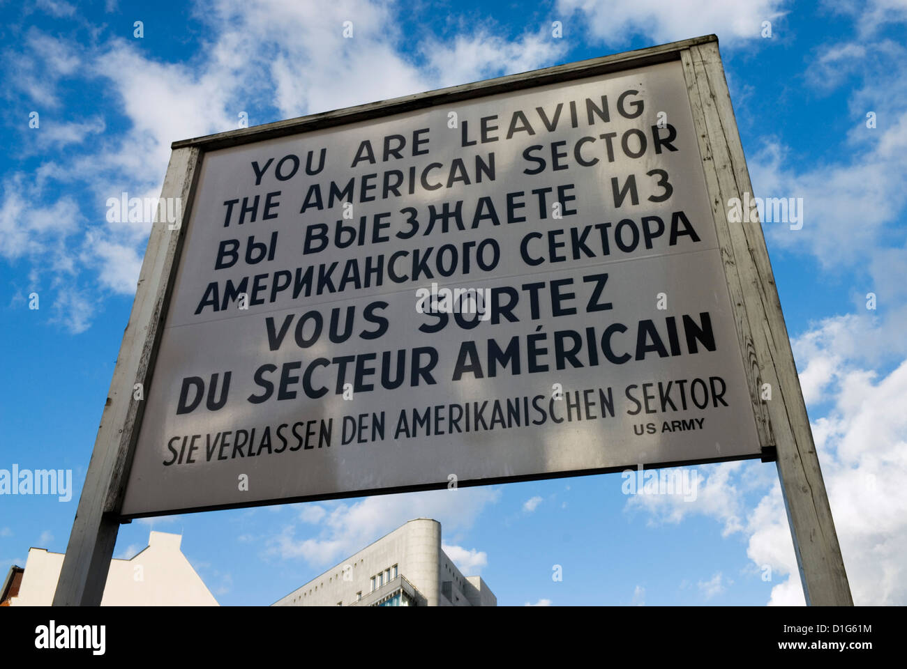 Signo de la guerra fría en el Check Point Charlie, Berlín, Alemania, Europa Imagen De Stock