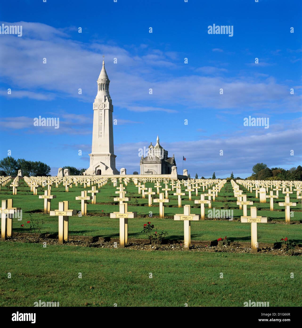 La catedral de Notre Dame de Lorette WW1 cementerio militar francés y el Osario, cerca de Arras, Nord-Pas-de Imagen De Stock