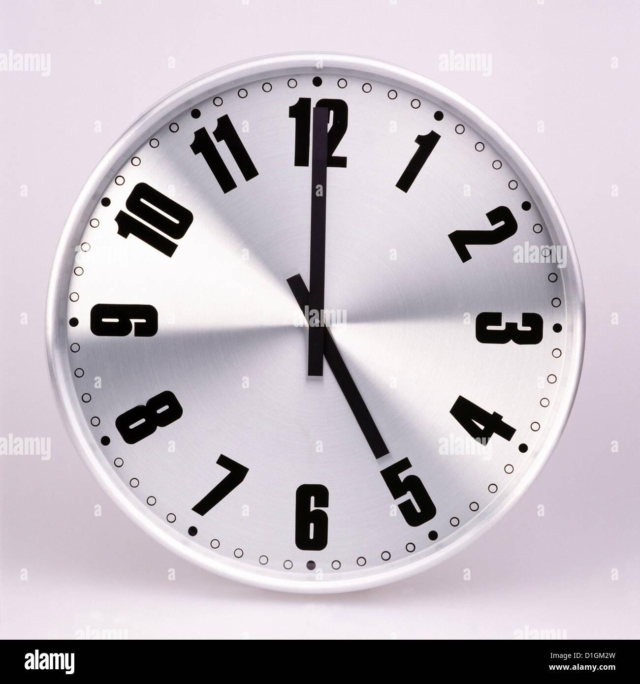 Reloj de pared de oficina Imagen De Stock