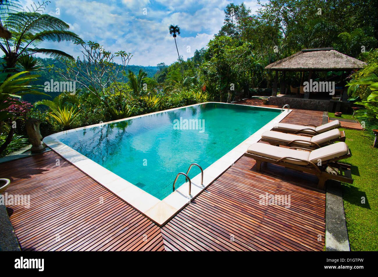 La zona de la piscina en un alojamiento de lujo cerca de Ubud, Bali, Indonesia, Sudeste Asiático, Asia Imagen De Stock