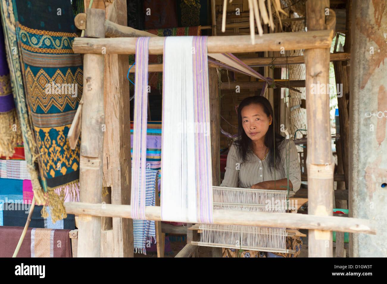 Tejido en telar, en Luang Prabang, Laos, Indochina, en el sudeste de Asia, Asia Imagen De Stock
