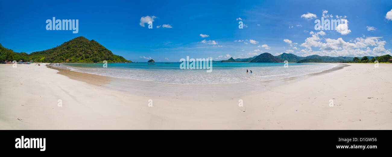 Foto panoramica de la idílica playa Belanak Selong, sur de Lombok, Indonesia, Sudeste Asiático, Asia Imagen De Stock