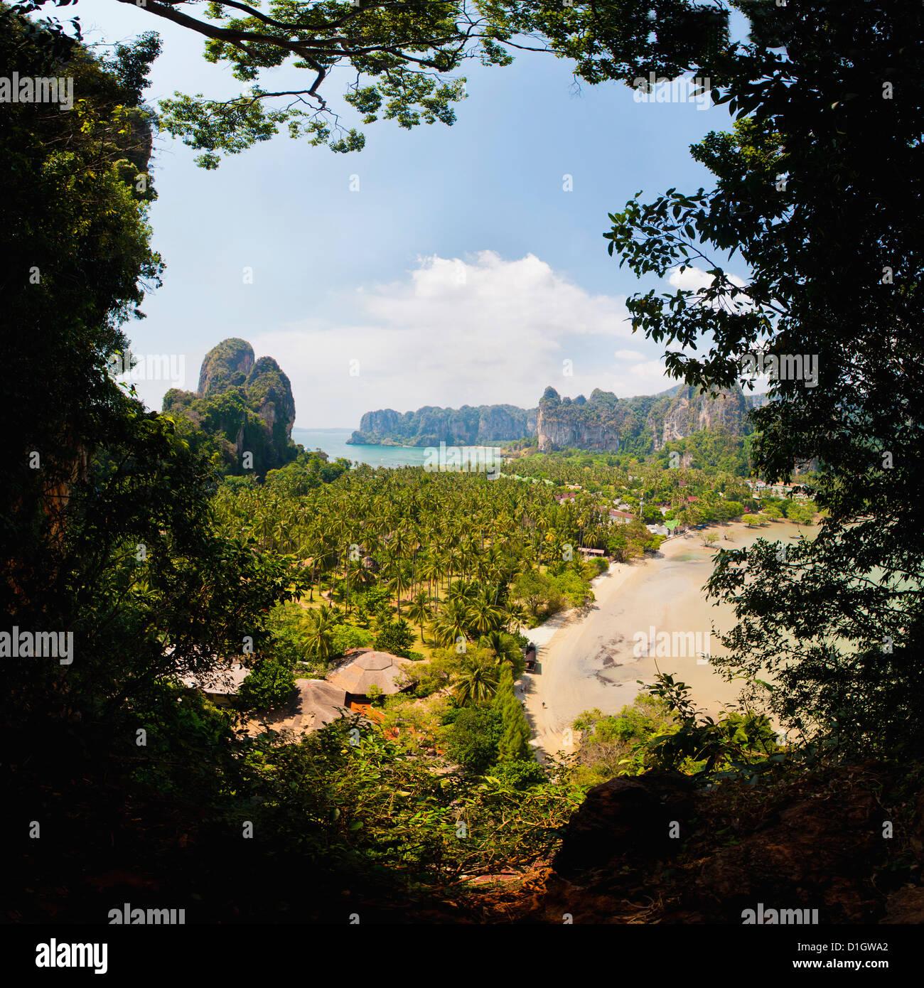 Este Railay Beach y Playa de Ao Phra Nang viewpoint, Railay (Rai Leh), el sur de Tailandia, el sudeste de Asia, Imagen De Stock