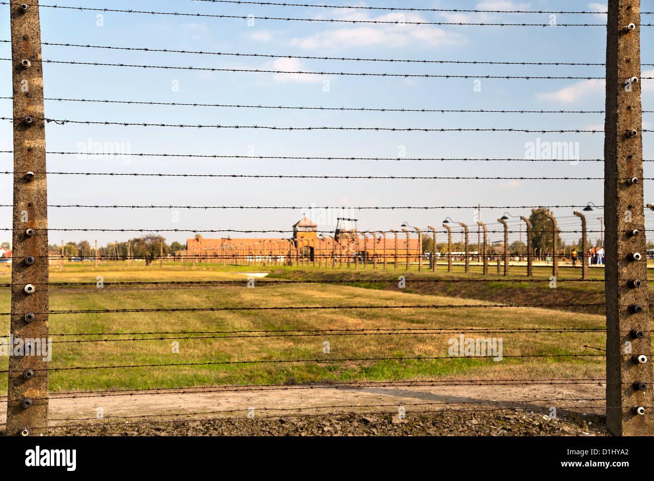 Cercas de alambre de púas y edificios en el museo de la ex Auschwitz II-Birkenau campo de concentración Imagen De Stock