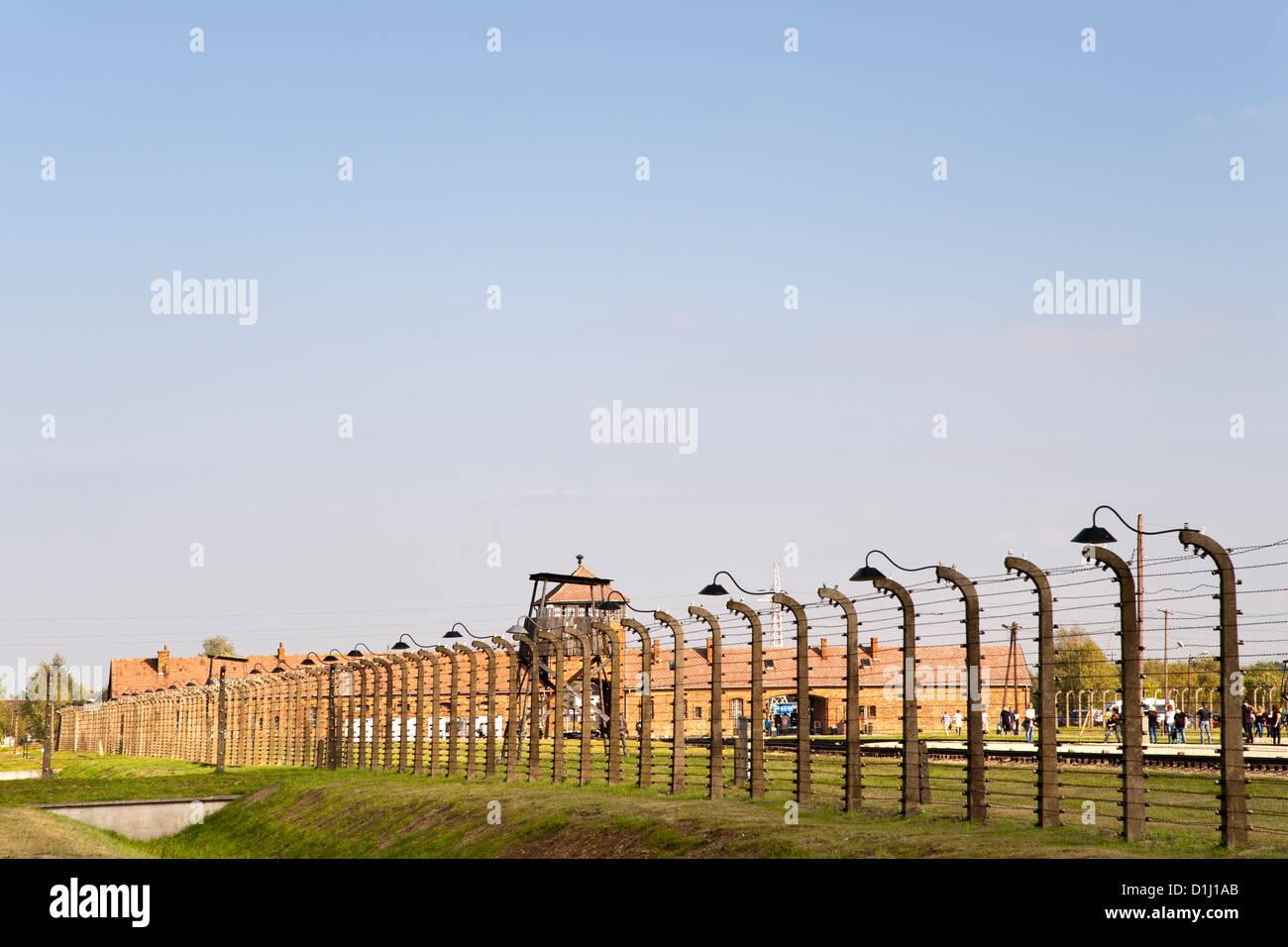 Electrificada, cercas de alambre de púas en el museo de la ex Auschwitz II-Birkenau campo de concentración Imagen De Stock