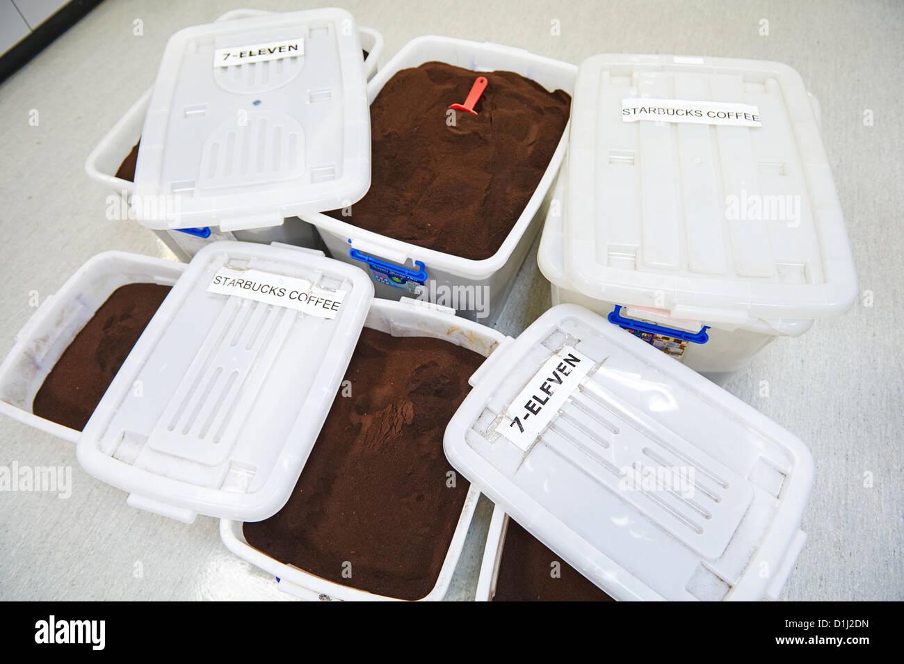 Los recipientes de Muele café reciclado utilizado para la investigación y la fabricación de tejidos Imagen De Stock