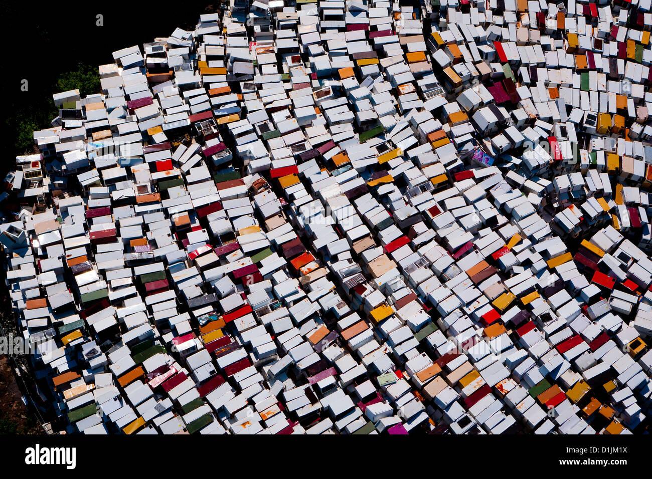 Fotografía aérea de los refrigeradores antiguos en colores diferentes, en el sureste de Noruega. Imagen De Stock