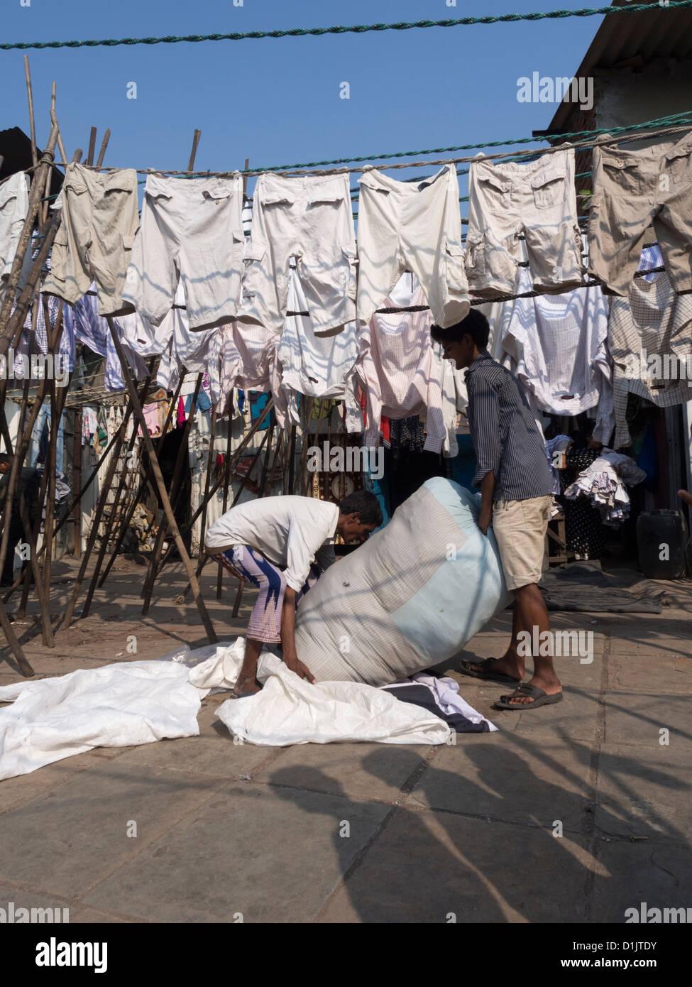 Servicio de lavandería para colgar en seco en los Dhobi Ghat, una piscina lavandería en Mumbai, India. Imagen De Stock