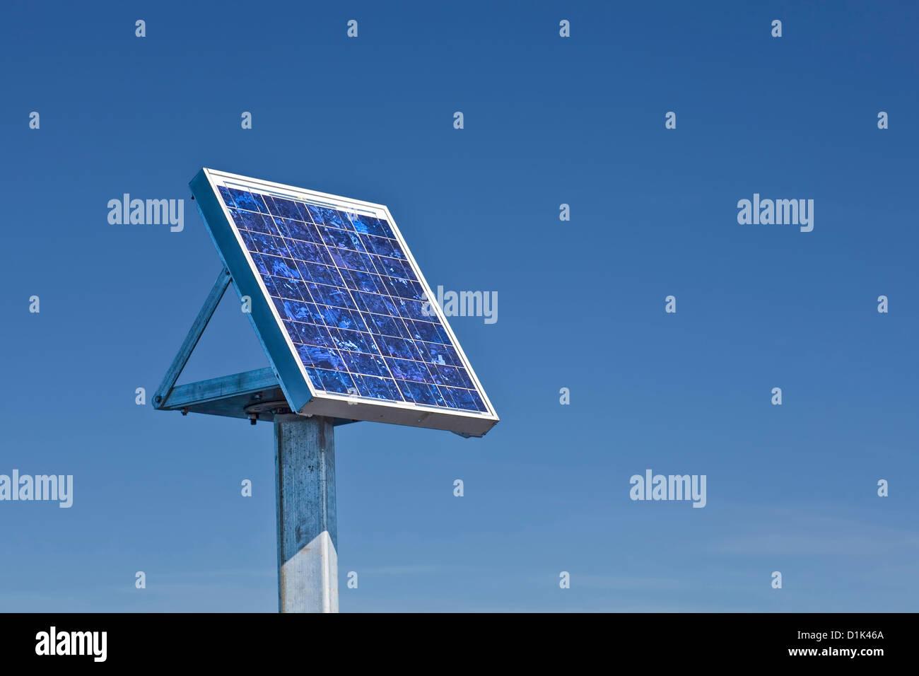 Panel solar pequeño al lado de un puente. Imagen De Stock
