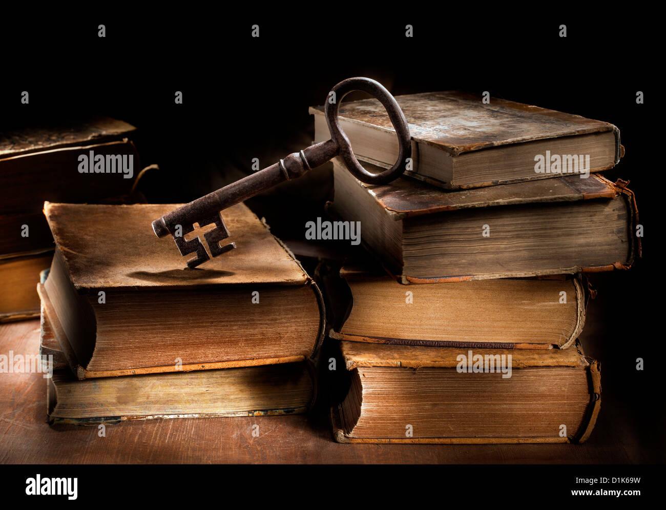 Still life imagen conceptual de viejos libros antiguos y una gran llave antigua. Imagen De Stock