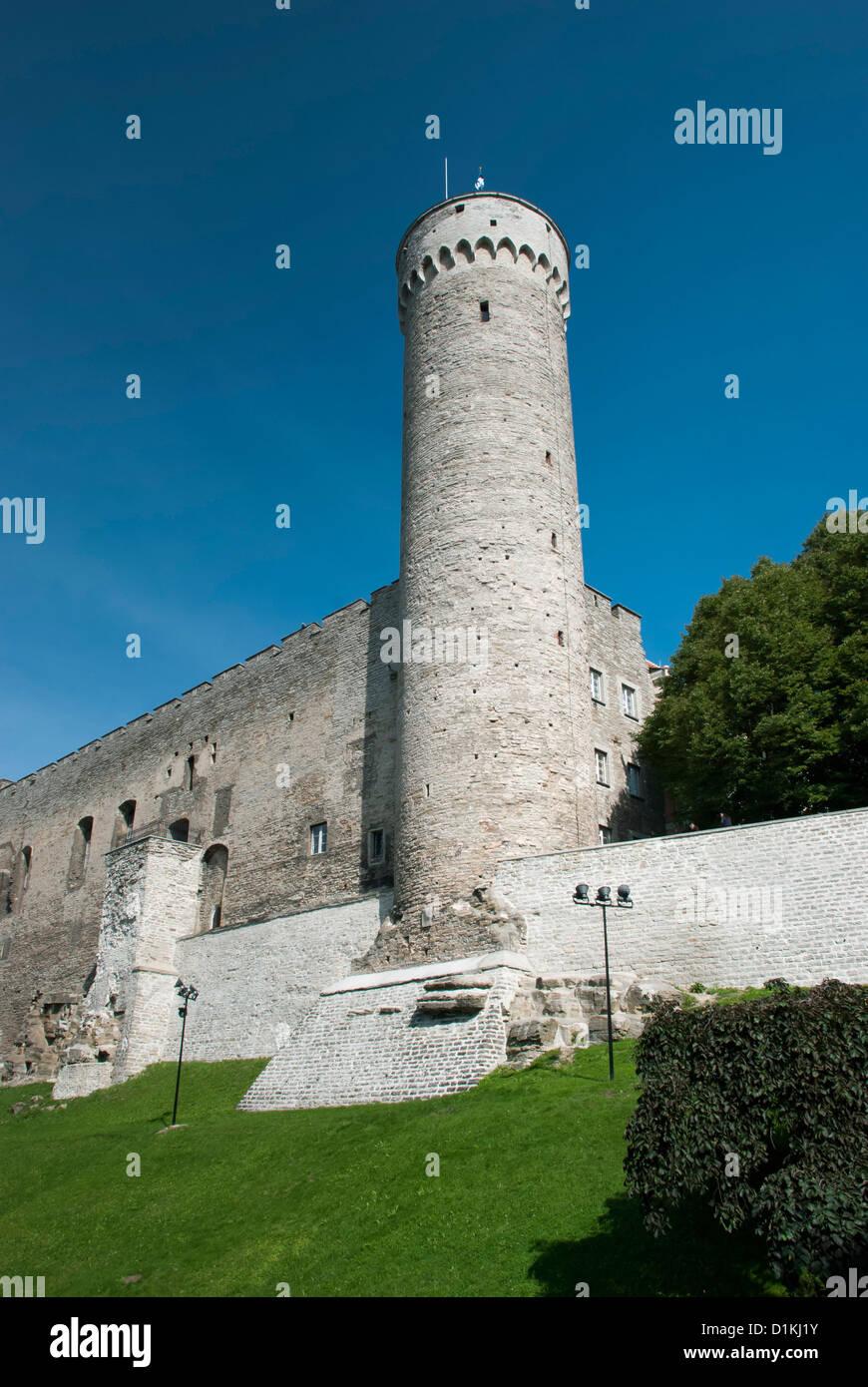 'Largo' Herman tower, el edificio histórico de Tallinn, Estonia - donde se iza la bandera cada día Imagen De Stock