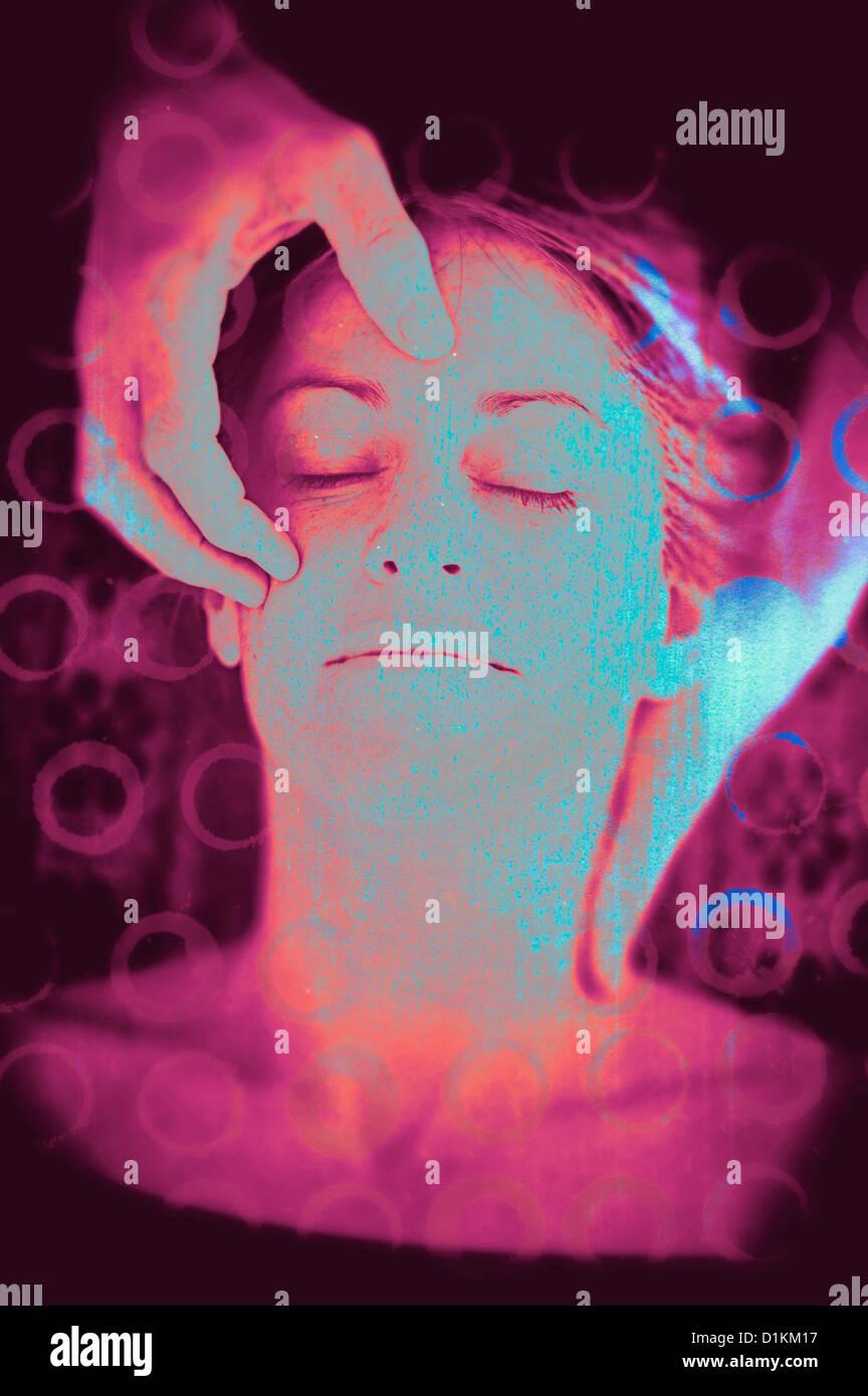 La suavidad de las manos de un masajista Meciendo la cabeza de una mujer y tocando su frente. La ilustración Imagen De Stock