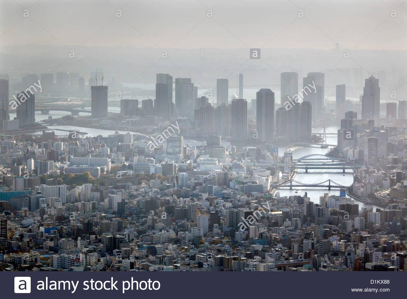 Vista aérea de Tokio riverside altos edificios de apartamentos y el río Sumida Imagen De Stock