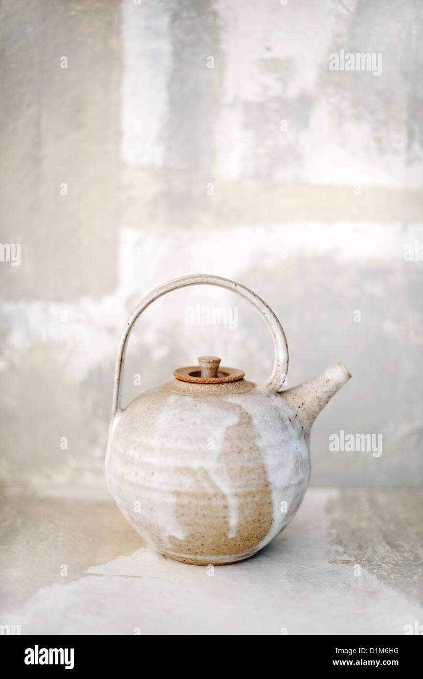 Teteras de cerámica en un entorno coincidente. Imagen De Stock