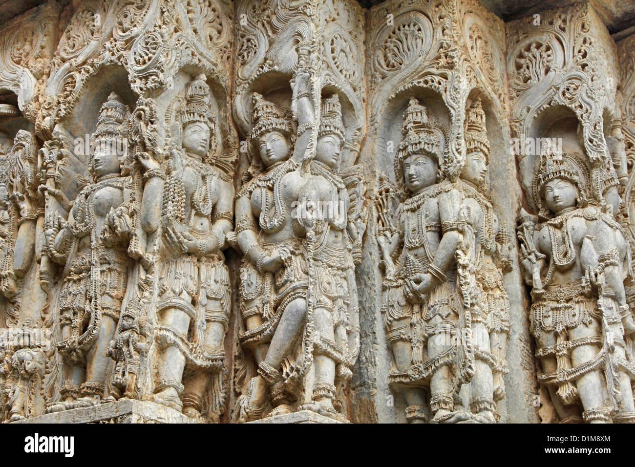 Decoración en las paredes del templo Hoysaleswara, Halebidu, Hassan, distrito de Karnataka, India. Foto de stock