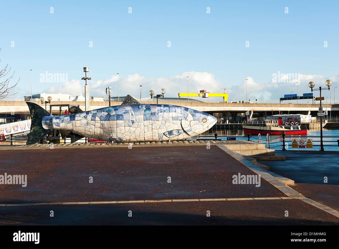 El Bigfish escultura mosaico en el Paseo Marítimo, en el Condado de Antrim Belfast, Irlanda del Norte, Reino Unido Foto de stock