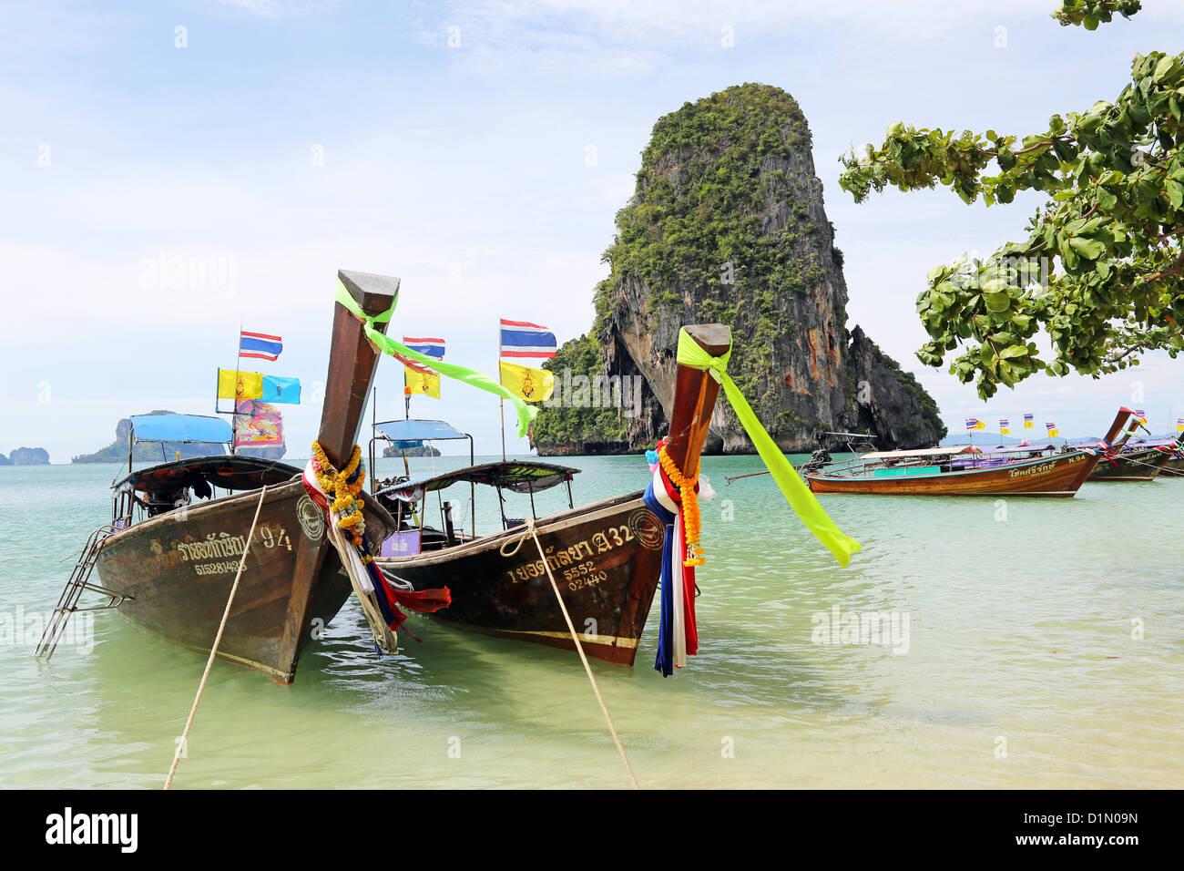 Botes de cola larga tradicional tailandés en Phranang Cave Beach, Railay Beach, Krabi, Phuket, Tailandia Imagen De Stock