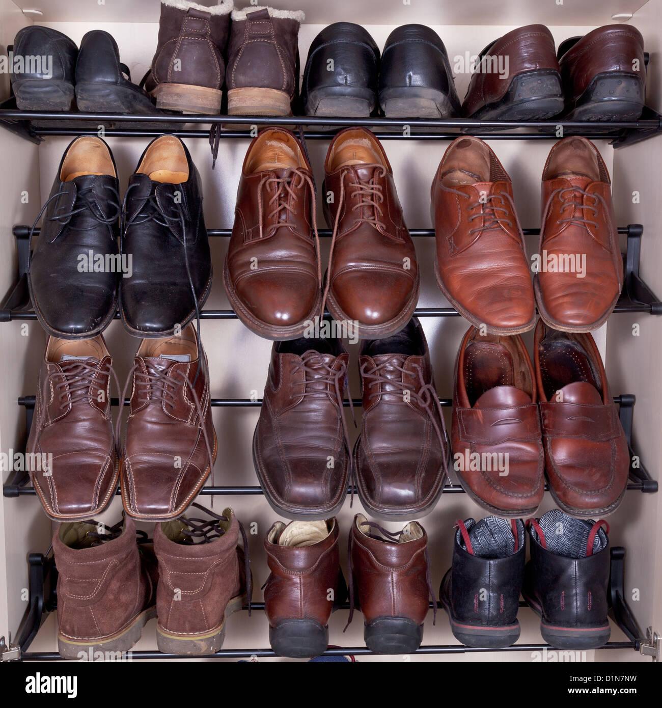 Armario con zapatos de cuero usado para hombres zapatillas