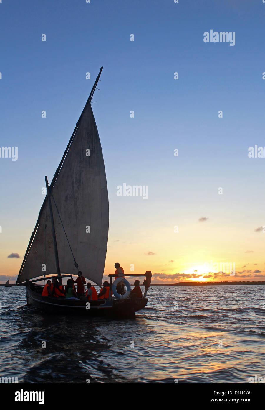 Los turistas disfrutan de un viaje en barco, Kenia, África Oriental Imagen De Stock